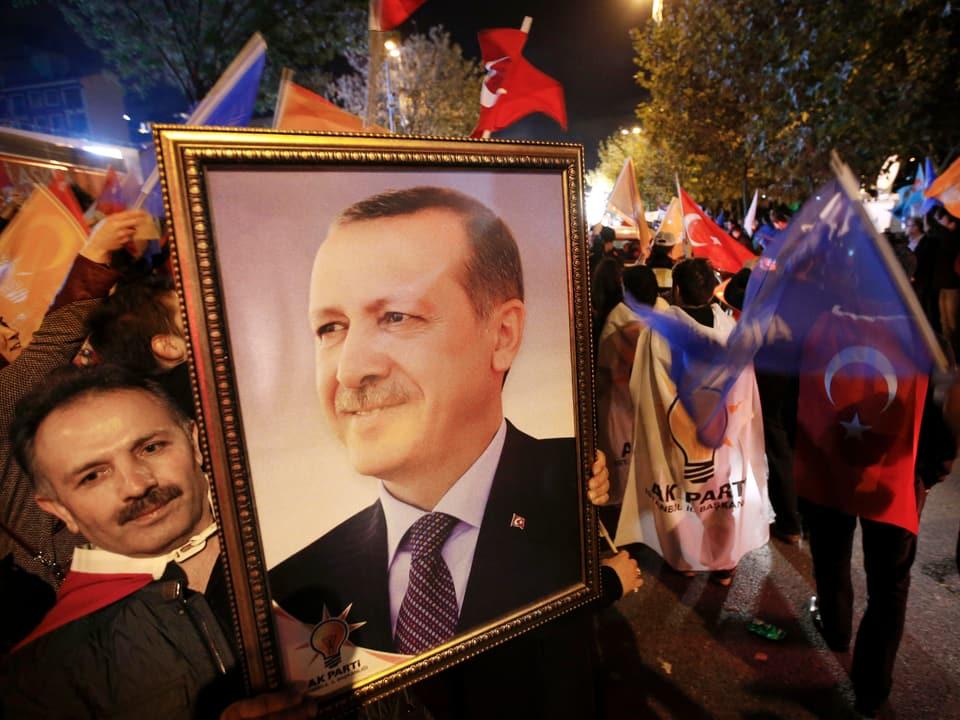 Erdogan-Anhänger mit einem Erdogan-Bild auf der Strasse