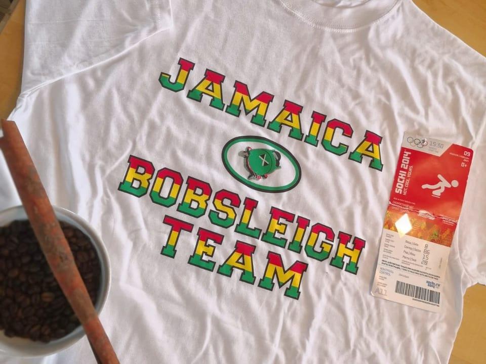 T-Shirt des Jamaikanischen Bobteams mit Zimtstange und Kaffee aus der dominikanischen Republik
