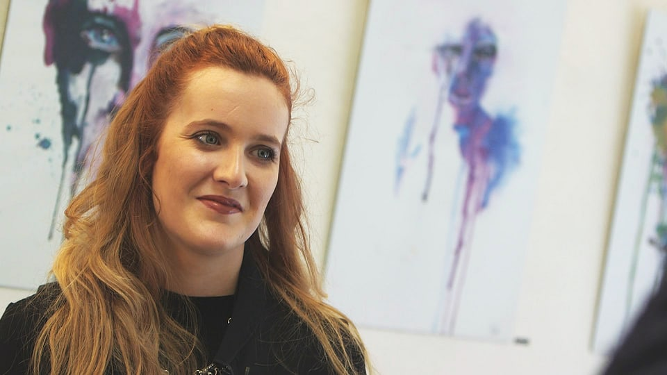 L'artista Andrina Casutt en la galleria.