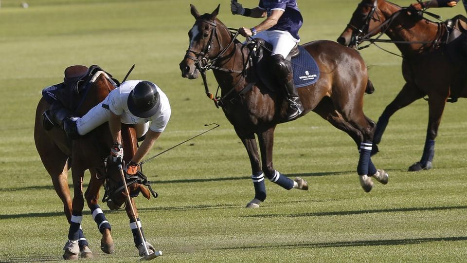 Prinz Harry stürzt vom Pferd.