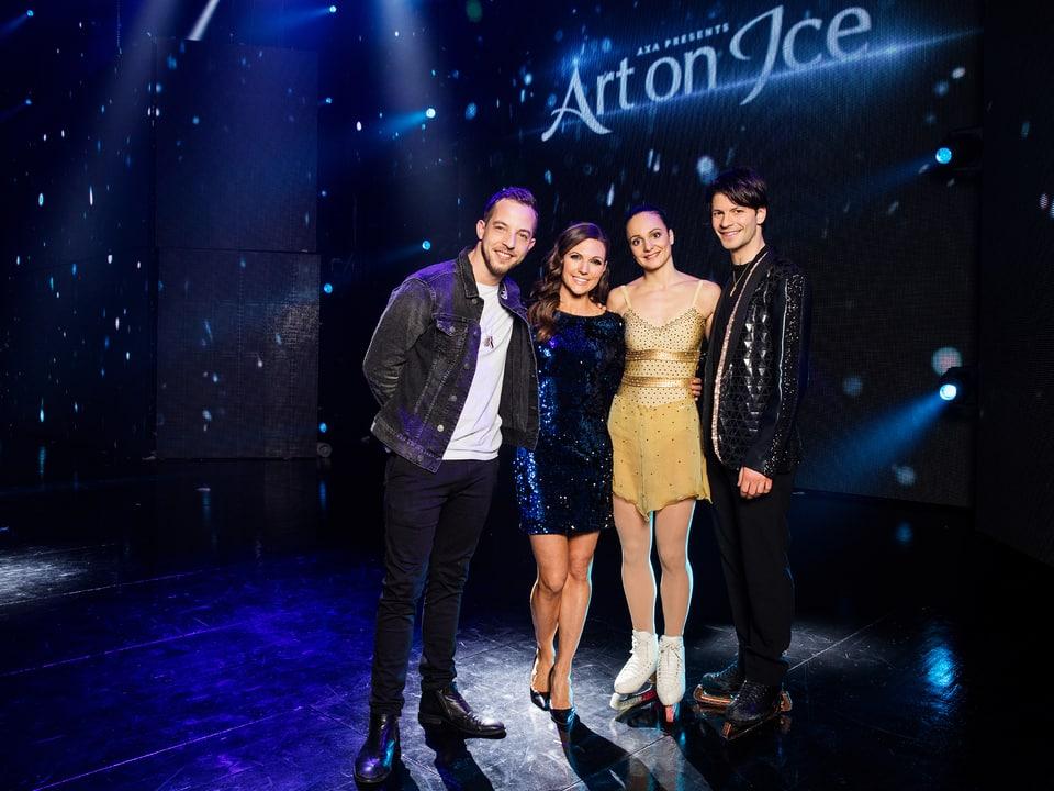 James Morrison, Viola Tami, Sarah Meier und Stéphane Lambiel posieren gemeinsam für ein Gruppenfoto.