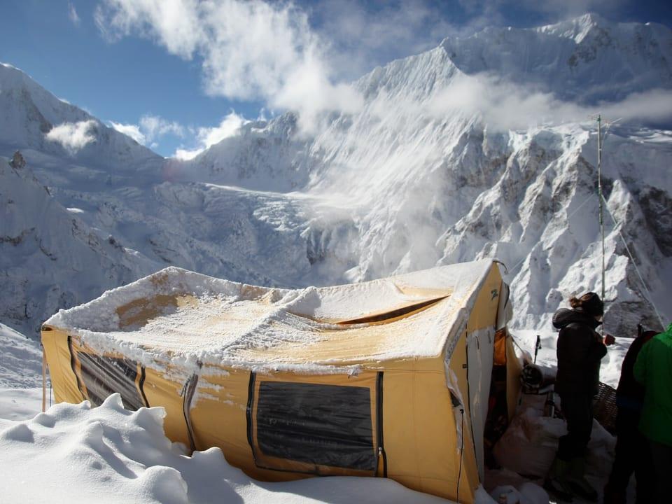 Ein vom Schnee eingedrücktes Zelt in einem der Höhenlager.