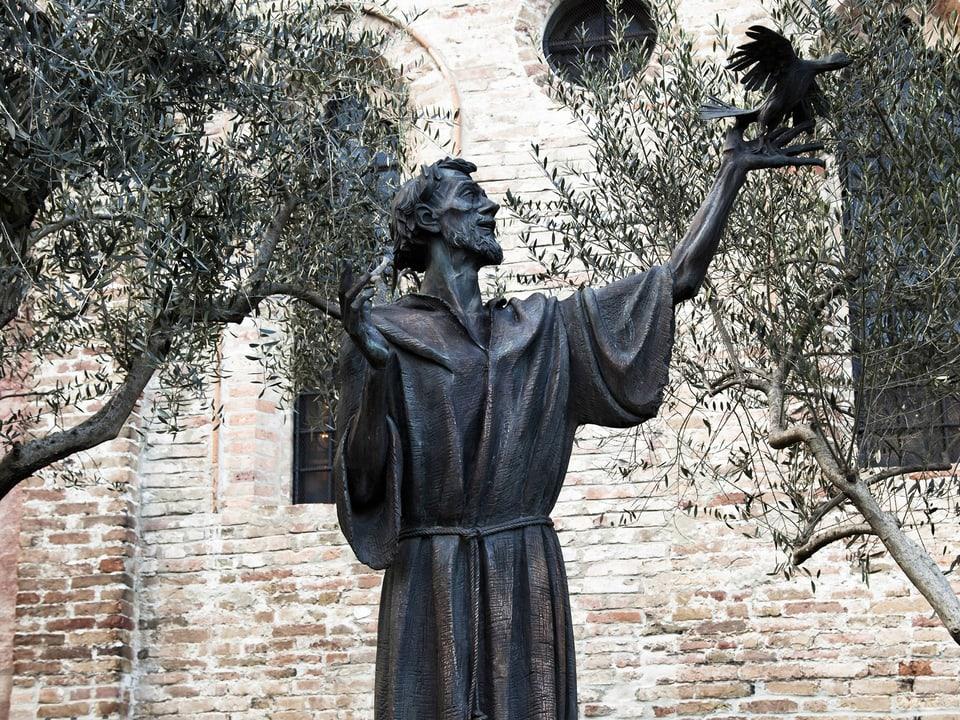 Bronzestatue des Heiligen, der den Vögel predigte
