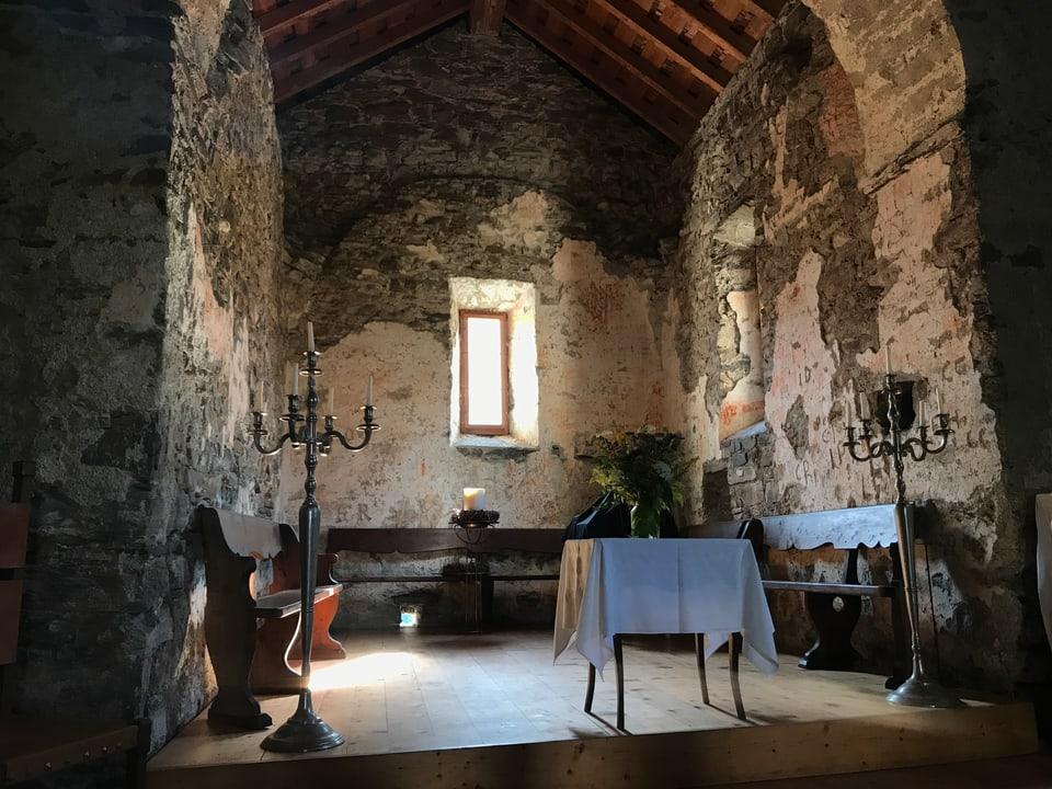 Das Innere der Kirche Son Gion auf Hohen Rätien.