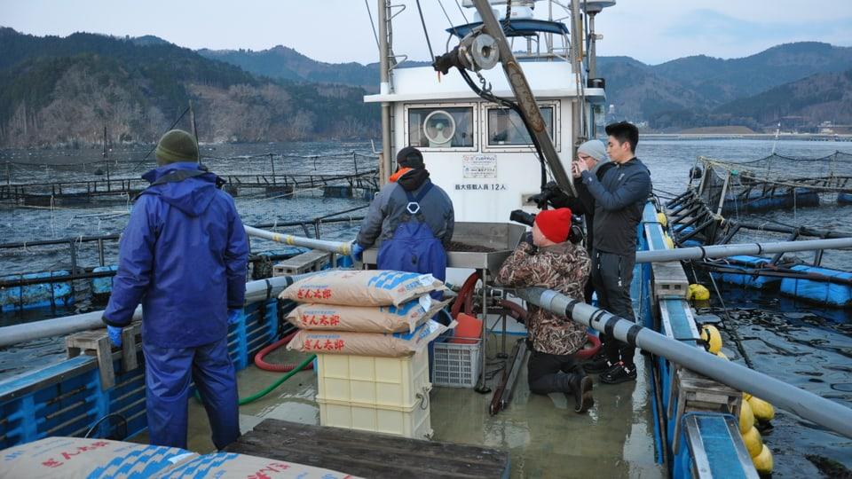 Fischer Nobuaki Aihara auf seinem Boot in Sashigahama