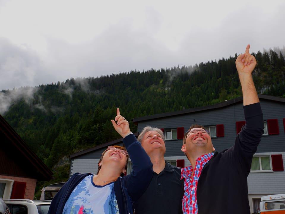 Christine Gertschen, Beat Tschümperlin und Guido Rüegge blicken erwartungsvoll in den Himmel.