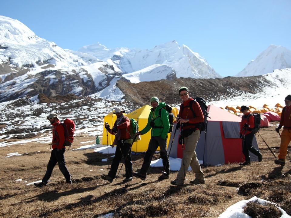 Alpinisten laufen los.