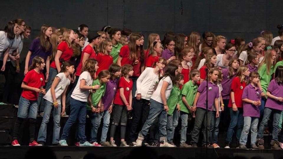 Uffants e giuvenils dals chors grischuns al SKJF 2013.