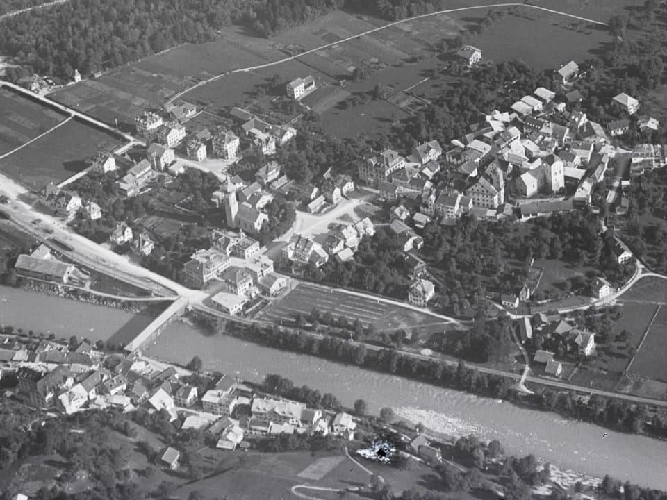 Fotografia da l'onn 1923. A sanestra il quartier da la staziun, a dretga la collina cun la citad veglia, sutvart il quartier da S. Clau. La citad è anc enserrada per gronda part da pumicultura.