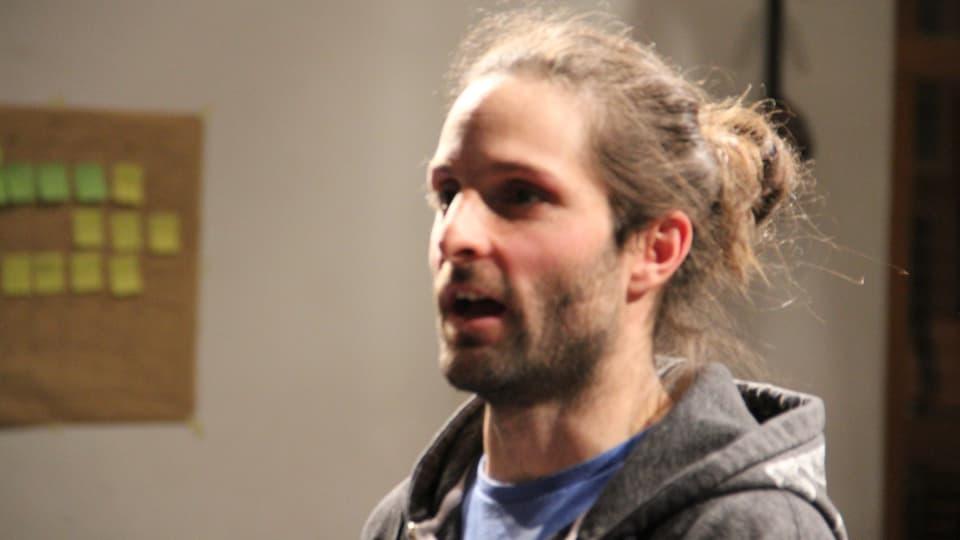 Il reschissur Linus Riedi durant l'emprova a Degen.