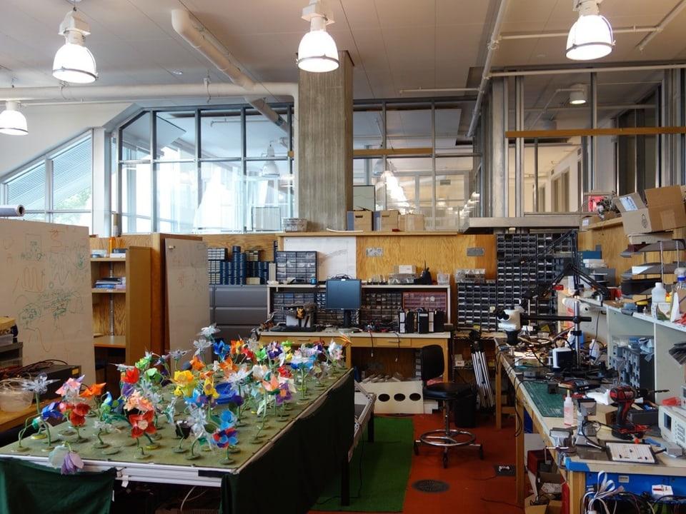 Labor mit bunten Elementen.
