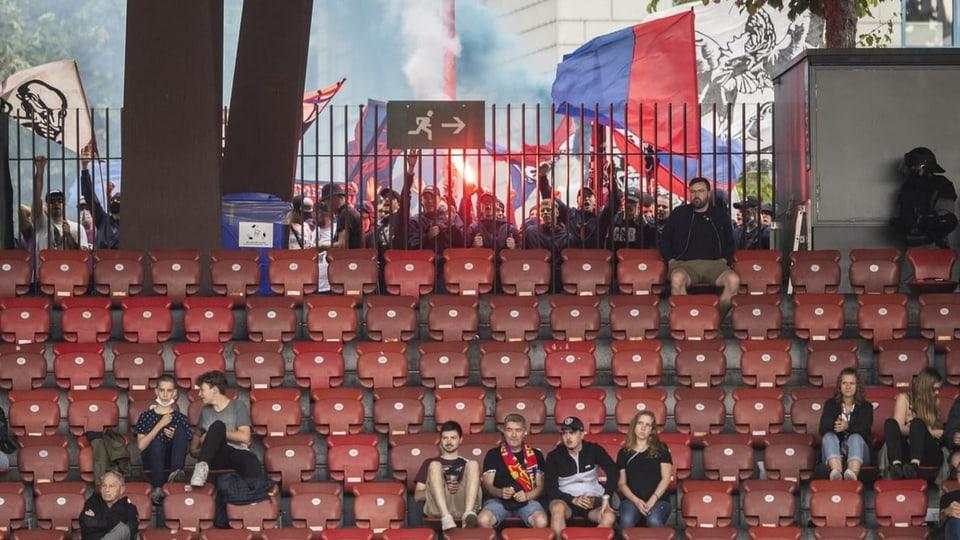 Basler Fans zündeten beim Spiel gegen GC ausserhalb des Letzigrundstadions Pyros