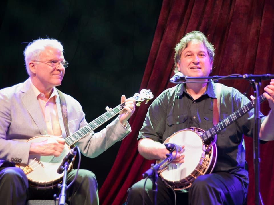 Steve Martin und Jens Krüger spielen Banjo.