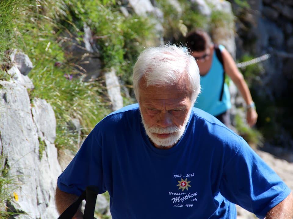 Armin Schelbert überholt Wanderer