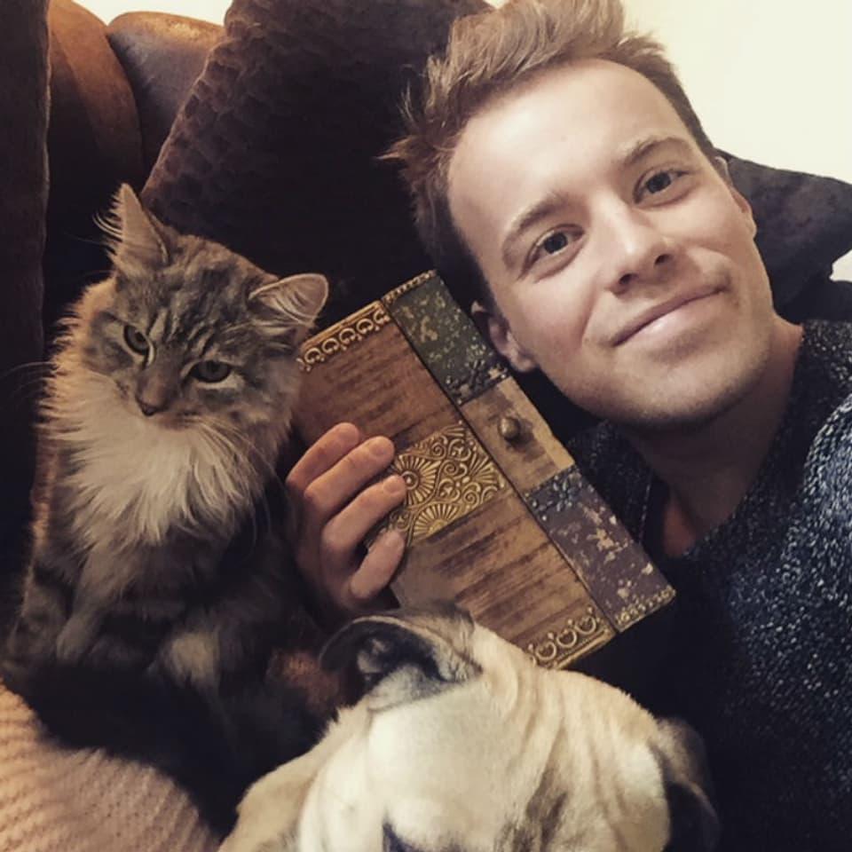 Jason Brügger mit Katze und Kiste