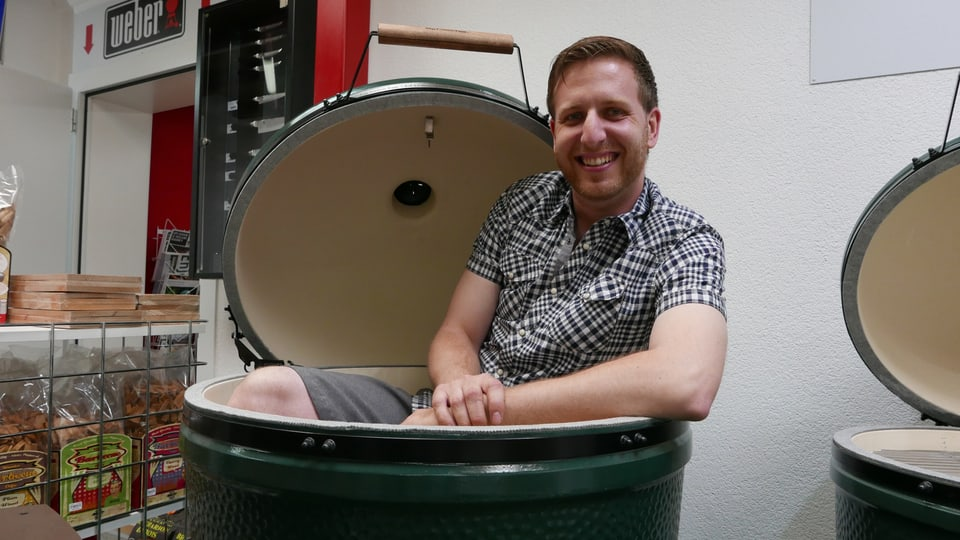 Daniel Wagmann sitzt im Grill «Big Green Egg».
