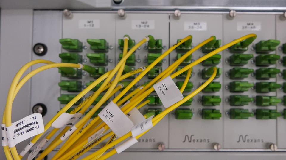 Hier werden die einzelnen Fasern auf verschiedene Netze verteilt.