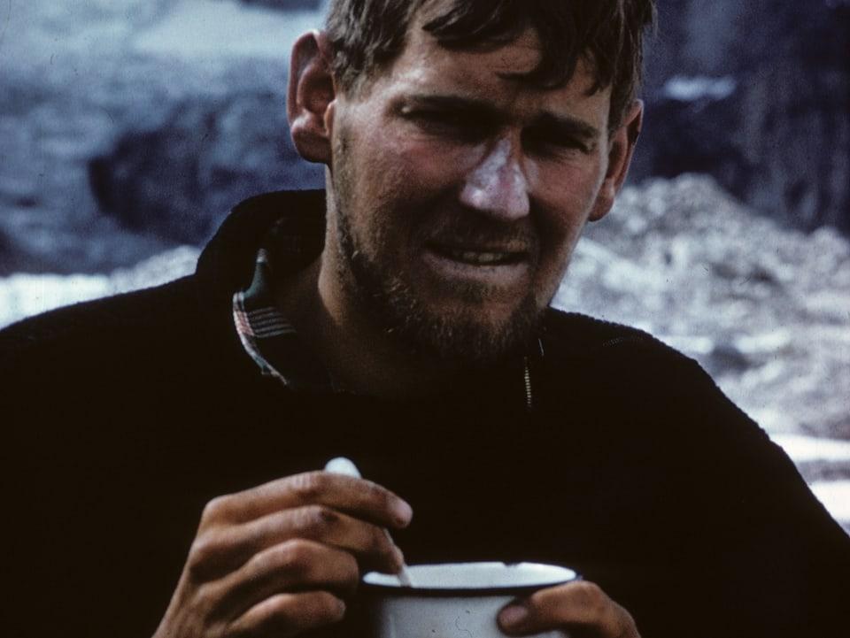 Hans-Peter Duttle mit einer Tasse in der Hand.