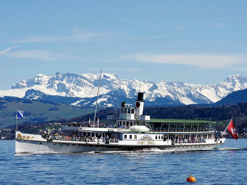 Dampfschiff auf dem Zürichsee.