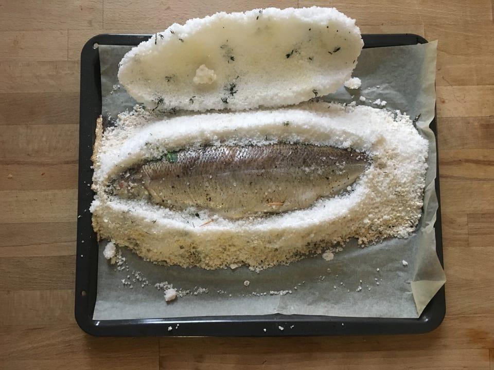 Den Salzteig mit einem scharfen Messer aufschneiden.