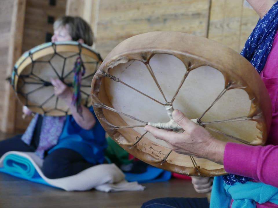 Die Trommel ist das wichtigste Instrument für einen Schamanen. Damit versetzt er sich in einen Trancezustand.