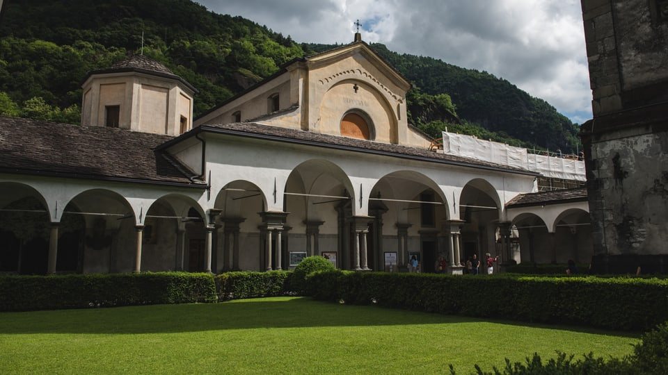 Il bel curtin da la Chiesa San Lorenzo
