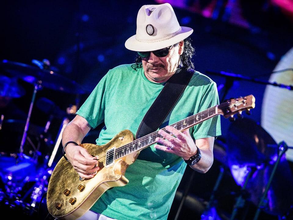 Mann mit Hut spielt Gitarre