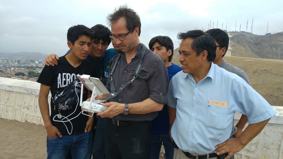 Passanten interessieren sich für die Drohnenaufnahmen von Produzent Reto Vetterli