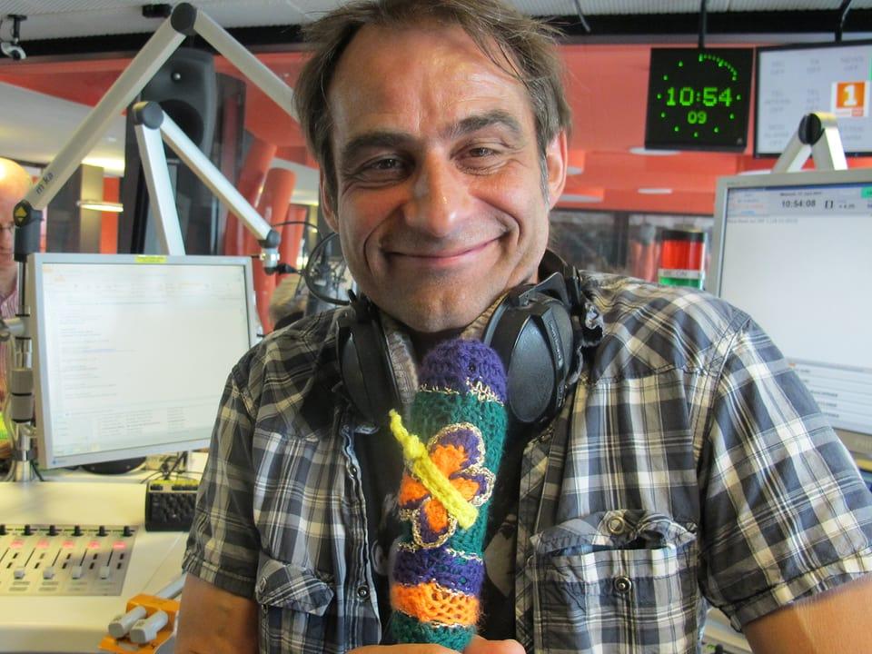 Thomy Scherrer mit eingestricktem Mikrofon.