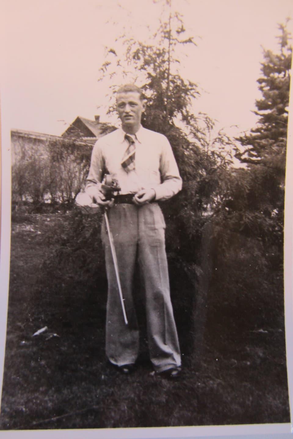 Ernst S. in Schale und mit einer Geige in der Hand