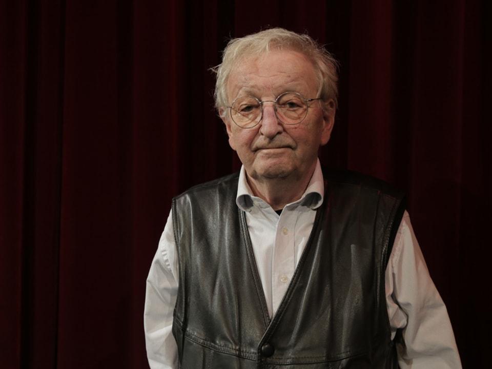 Porträt von Peter Bichsel in seinem bekannten schwarzen Gilet.