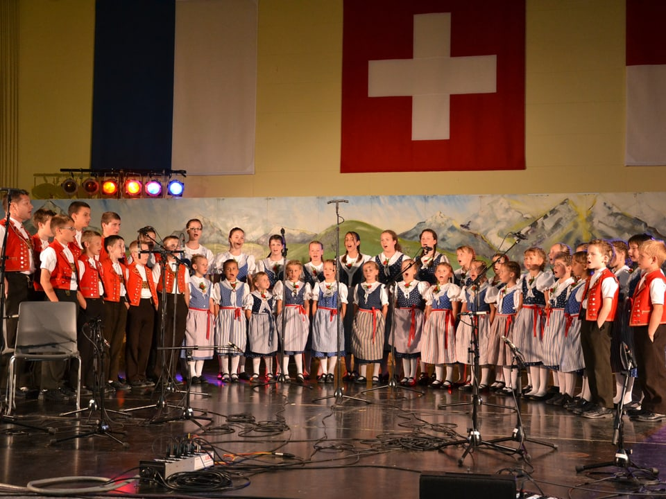 Sängerinnen und Sänger des Kinderjodelchörlis Mosnang beim Auftritt im Rahmen des Wettbewerbs «Folklorenachwuchs 2013».