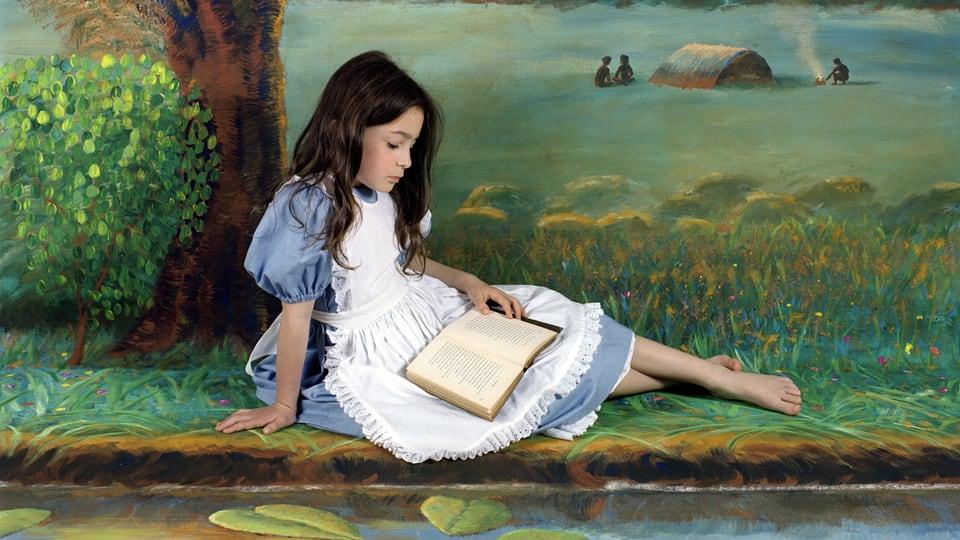 Tochter Olympia, verkleidet als Alice und portraitiert von ihrer Mutter Polixeni.