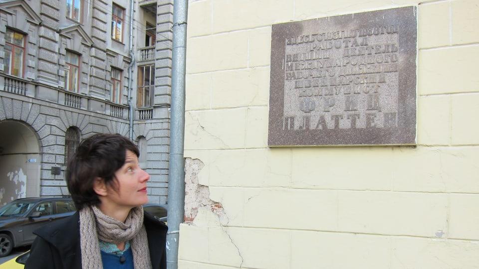 Kathrin Winzenried betrachtet die Gedenktafel für Fritz Platten in Moskau