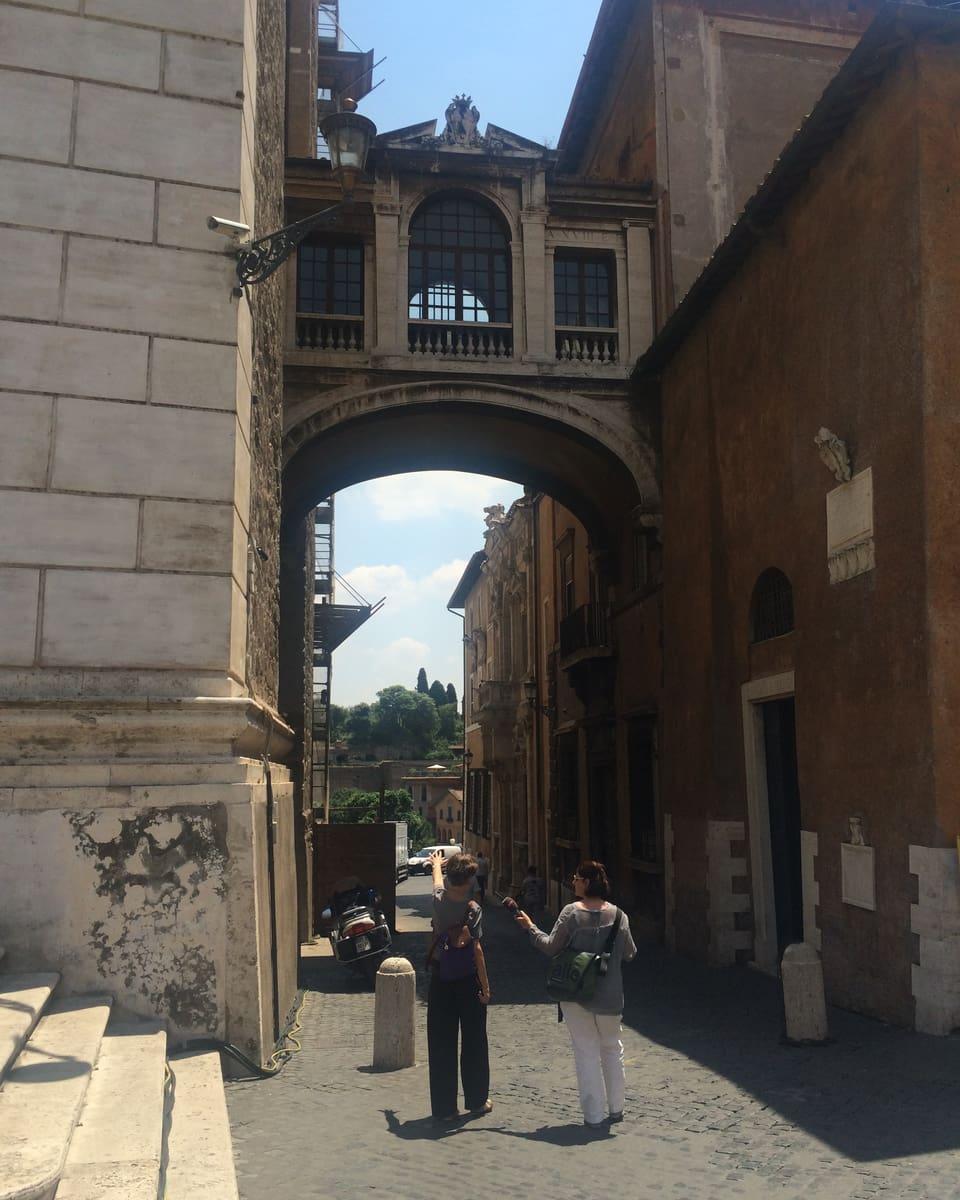 Pia Candinas ed Esther Berther durant lur viadi tras Roma.
