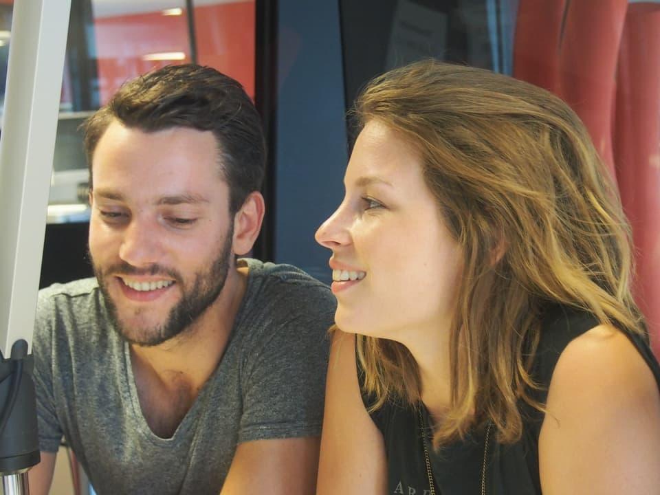 Gitarrist Manuel Meisel und Anna Rossinelli im Studio von Radio SRF 1.