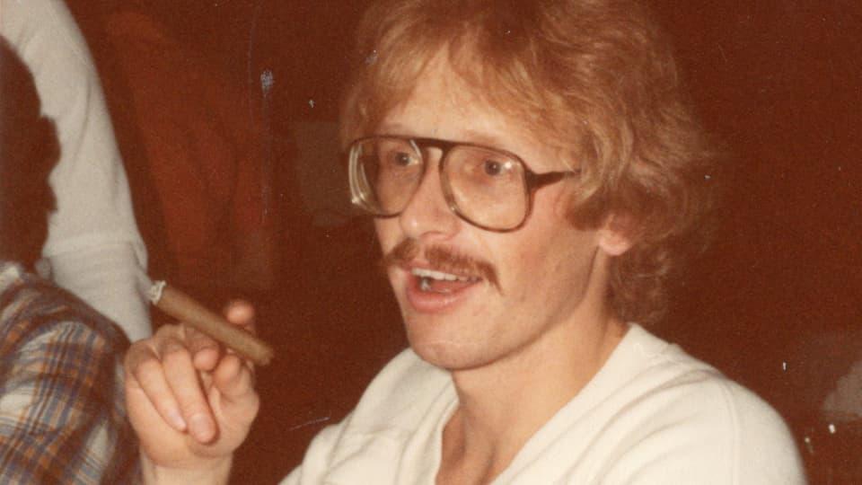 Marc raucht Zigarre.