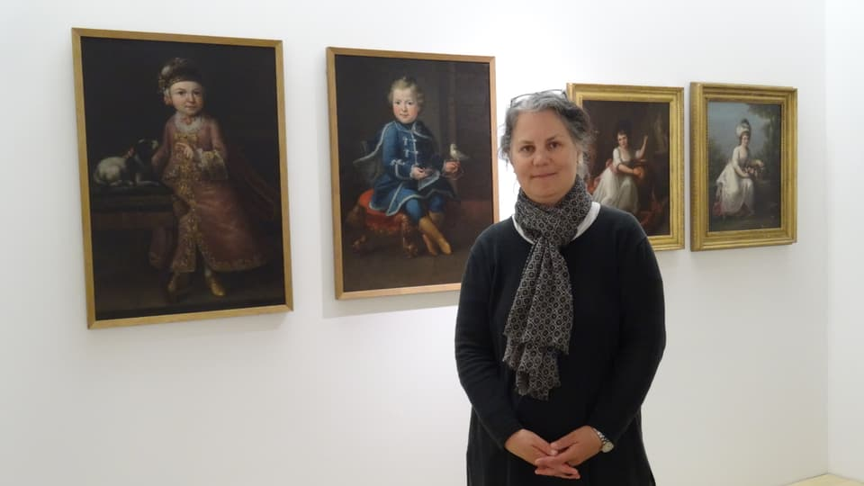 La curatura Petra Zudrell stat avant dus purtrets dad Angelika Kauffmann
