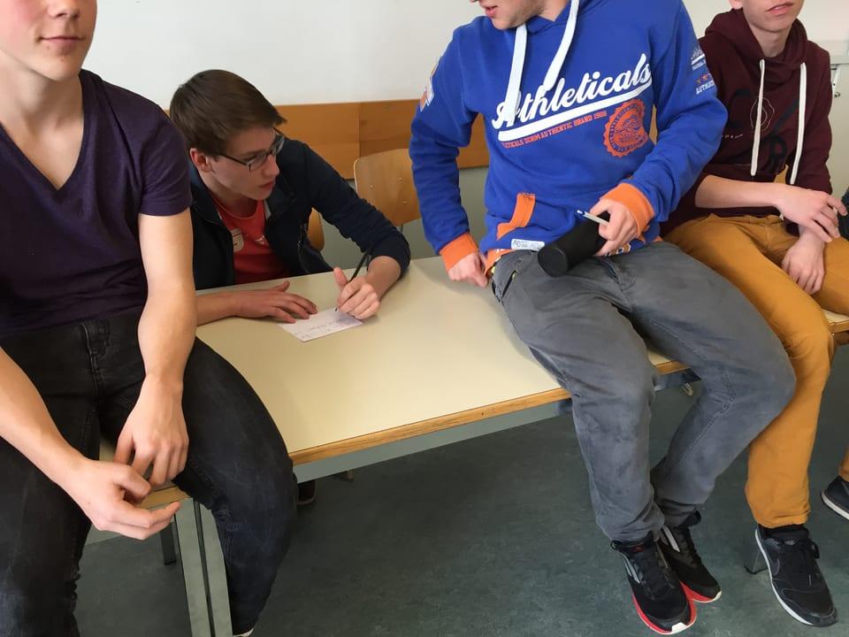 Schüler schreibt etwas auf ein Blatt papier