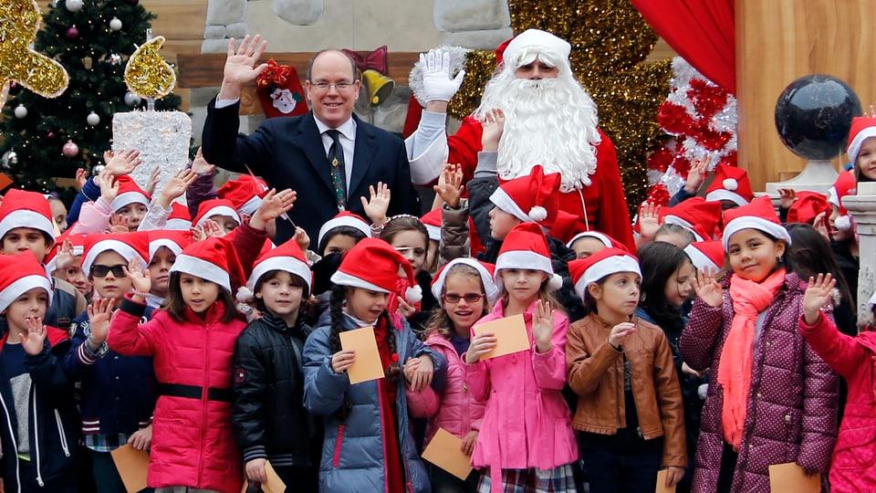Gemeinsam mit einer Schar Kinder feiert Prinz Albert II. Weihnachten vor, im Palast von Monaco. Seine eigenen Sprösslinge glänzen durch Abwesenheit, ebenso Fürstin Charlène.