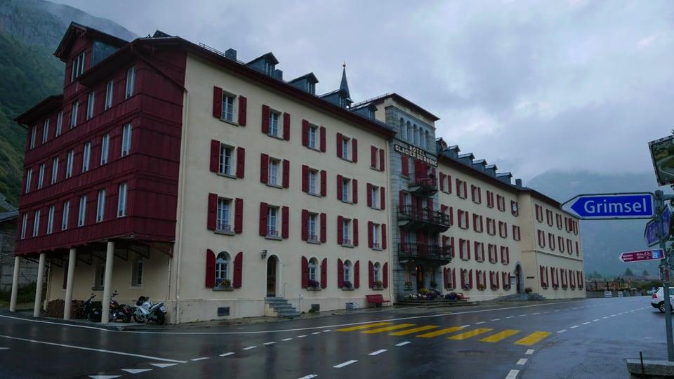 Strassenschilder in Gletsch: Furka, Grimsel, Brig