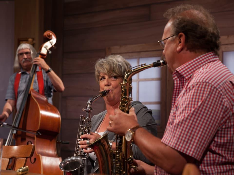 Ueli Mooser, Chantal Reusser, Carlo Brunner musizieren.