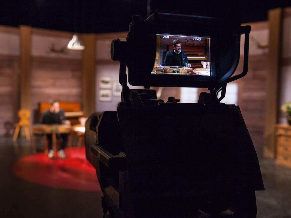 Blick von hinter der Kamera auf Nicolas Senn.