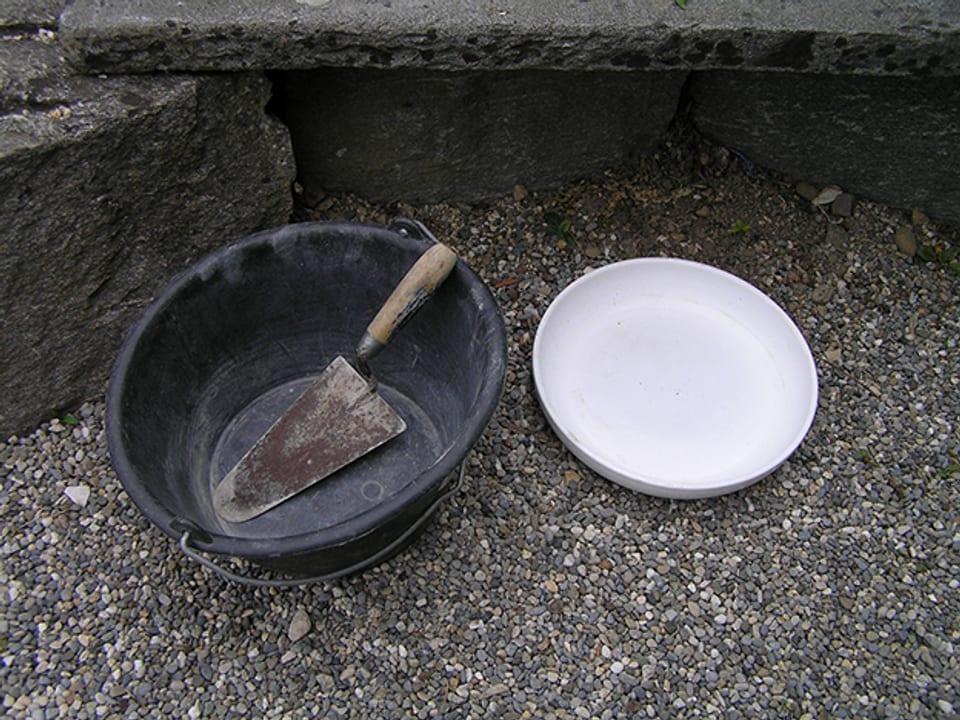 Zement, Gieskanne und anders Zubehör.