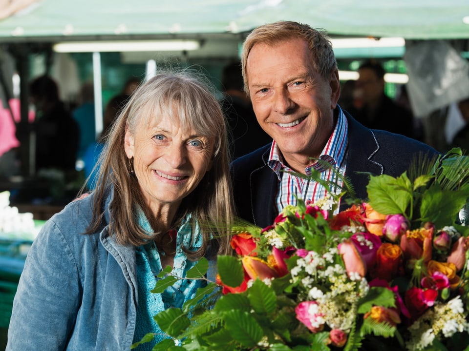Das Bild von Fotograf Peter Mosimann: Marianne Gnägi und Kurt Aeschbacher grüssen mit einem schönen Blumenstrauss.