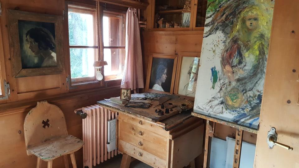 L'atelier cun in chavallut cun si in purtret a dretga e ses pult en mitad.