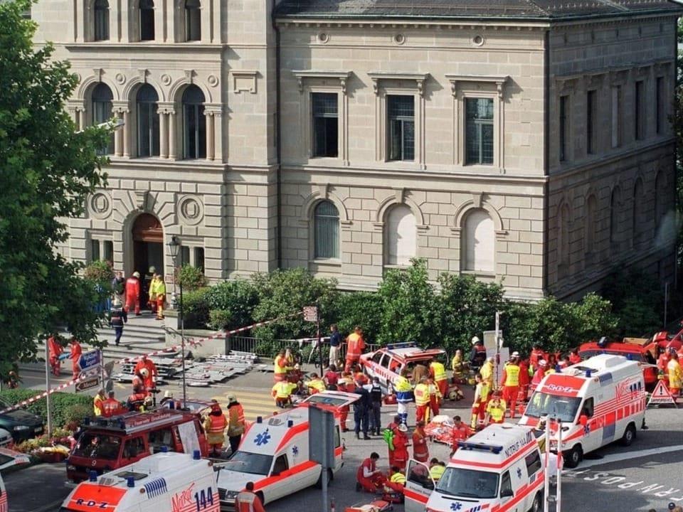 Rettungsfahrzeuge vor dem Kantonsratssaal in Zug