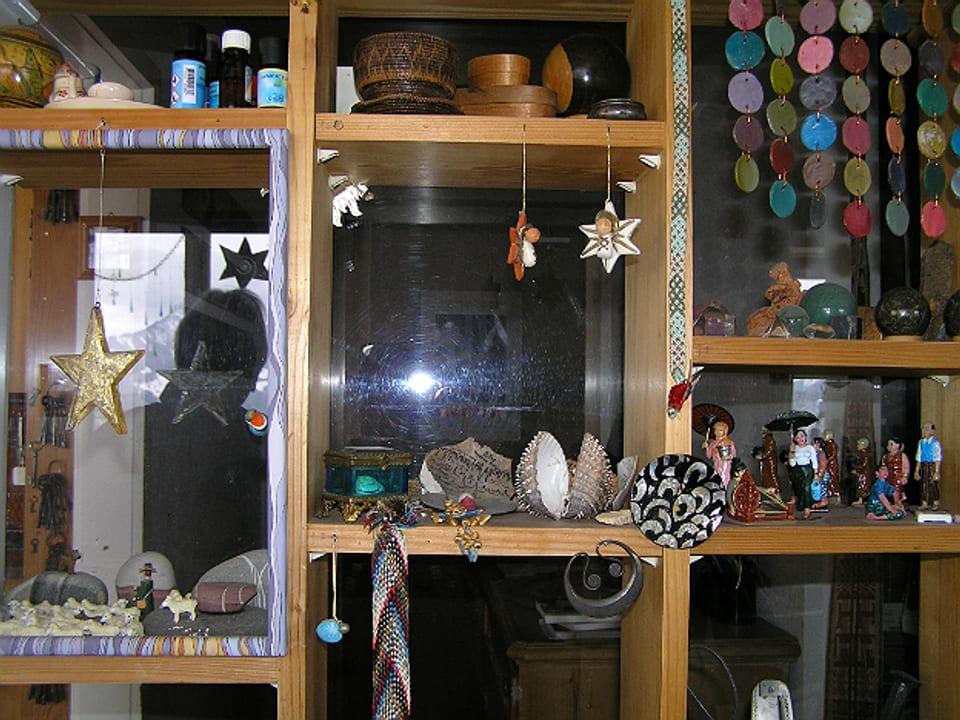 Detail aus Regal mit einem Sammelsurium an kleinen Deko-Objekten