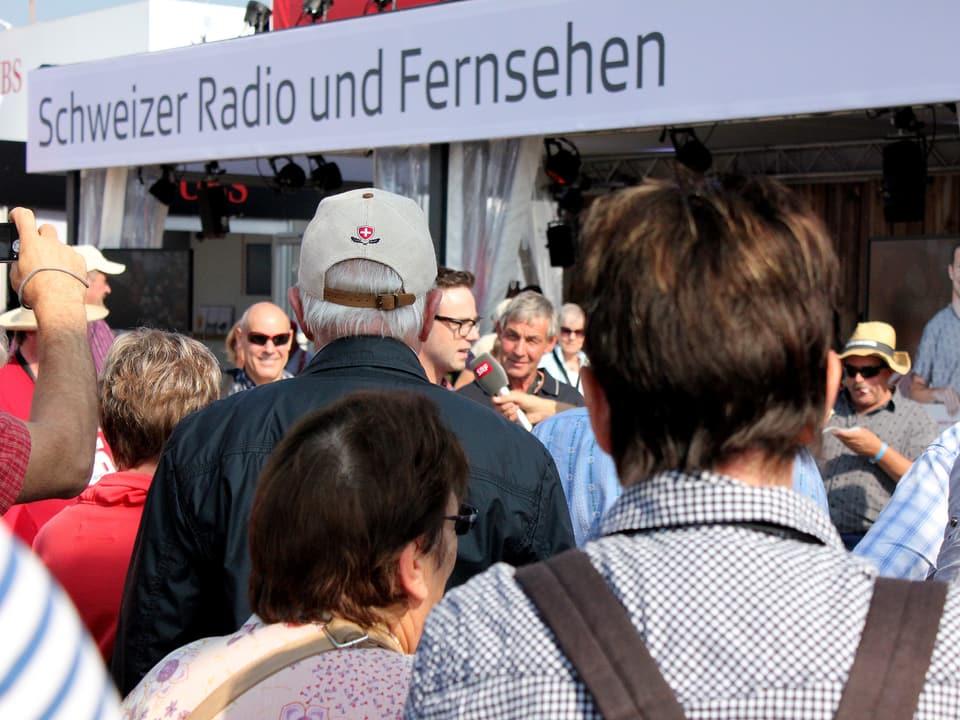 Publikum vor SRF-Pavillon.