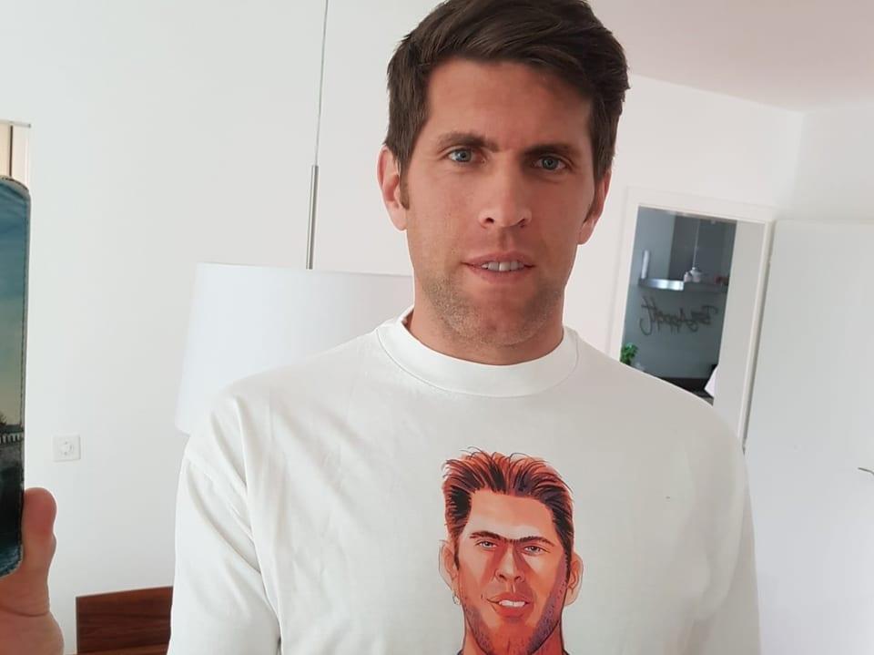 Beni Huggel und sein Karikaturen-Shirt